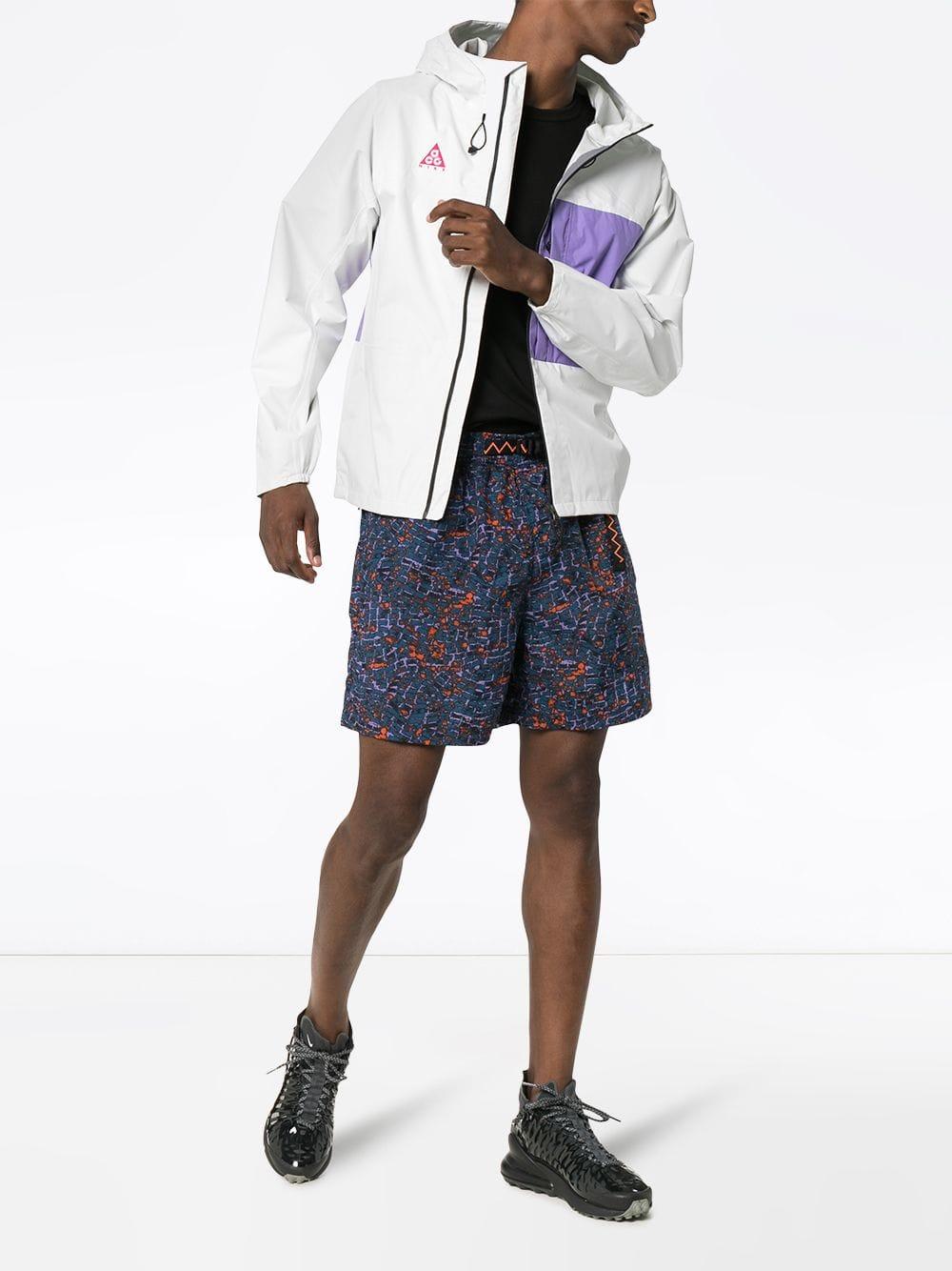 manteau Nike AGC blanc et violet porté par un mannequin