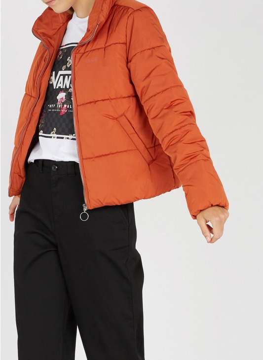 doudoune orange portée par un mannequin