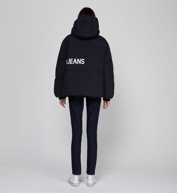 doudoune noire calvin klein jeans portée par un mannequin