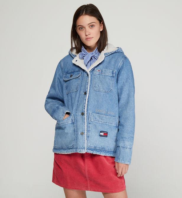 manteau en jean tommy hilfiger portée par un mannequin