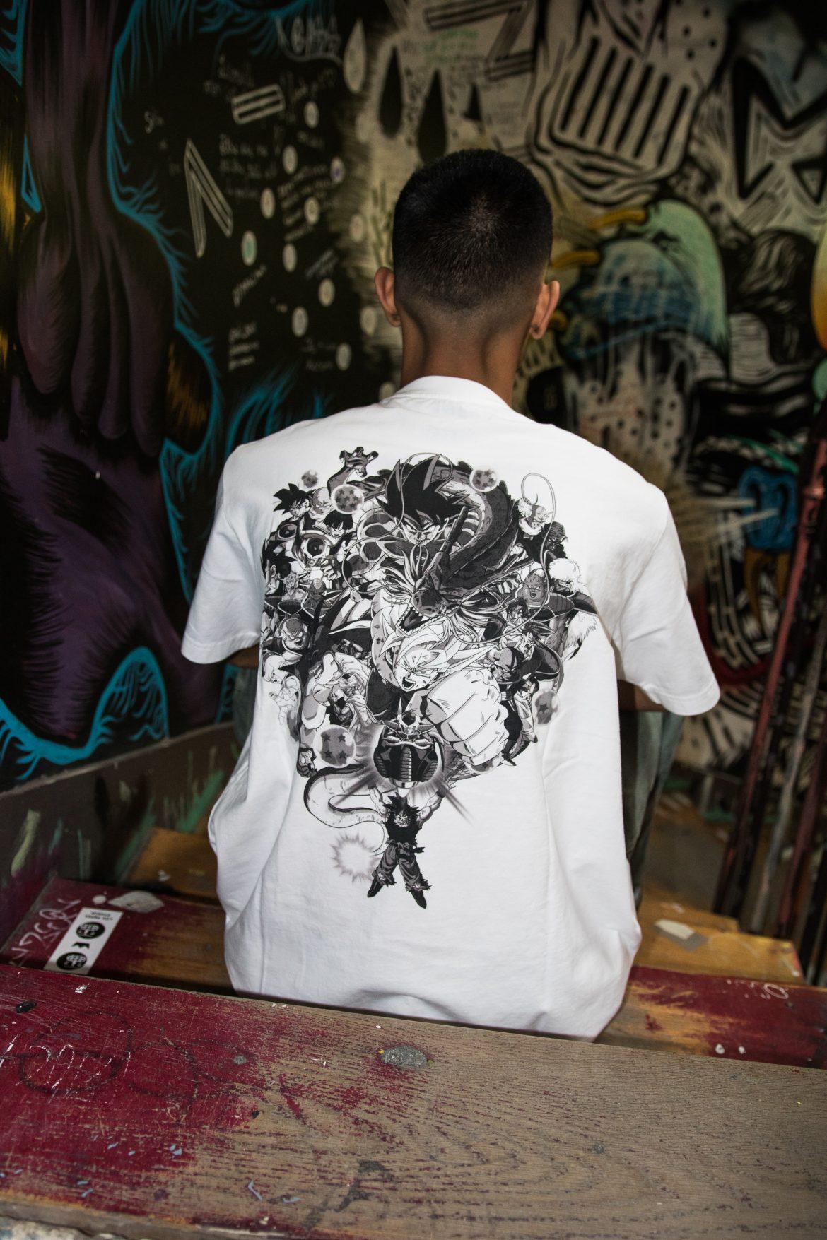 un mannequin porte des t-shirts de la collection Uniqlo Dragon Ball Z