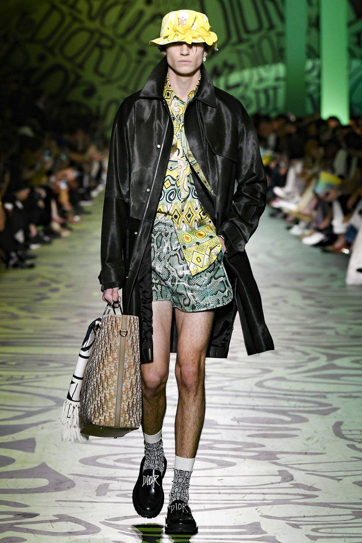 Un mannequin défile au show Dior Art Basel Miami
